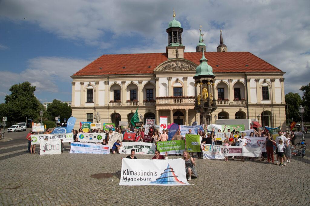 Alle (anwesenden) Bündnismitglieder mit Bannern