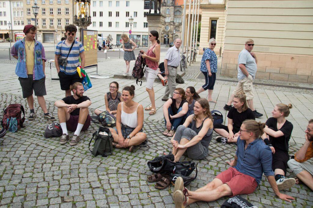 Kleingruppe diskutiert über die Notizen an der Pinnwand