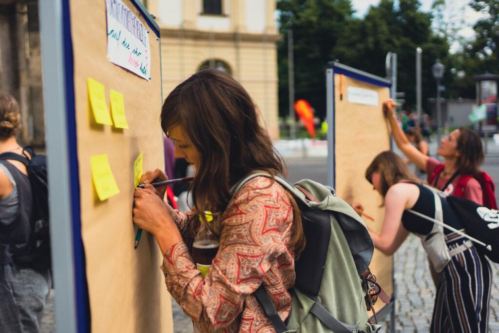 Ideen und Wünsche werden an Pinnboards geschrieben - (Foto von Christoph Schleich)