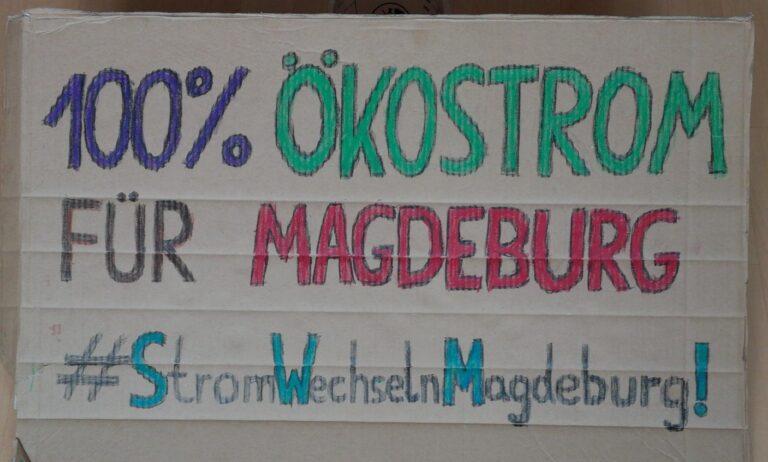 Demoschild: 100% Ökostrom für Magdeburg #StromWechselnMagdeburg