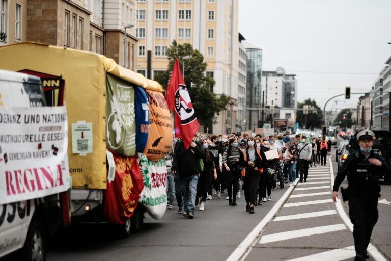 Musikwagen von REGINA mit Bannern behängt