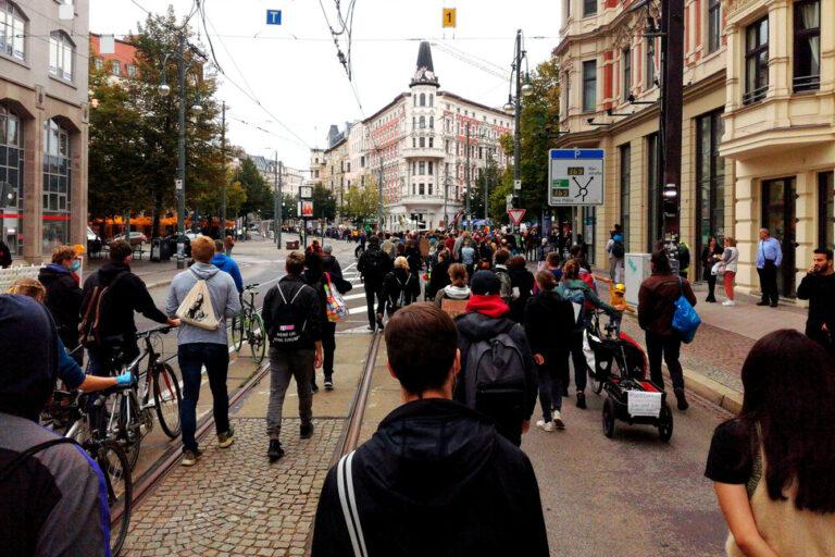 Laufdemo schlängelt sich am Hasselbachplatz vorbei