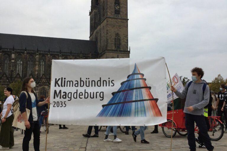 Banner vom Klimabündnis vor dem Dom